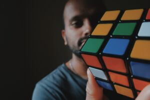 solve rubiks cube in one hand only